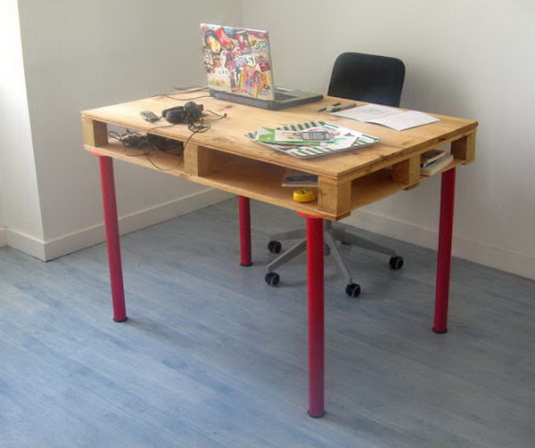 DIY Ikea Pallet Computer Desk. It's a cheap and functional desk. The desk surface is doubled thanks to a large storage space.