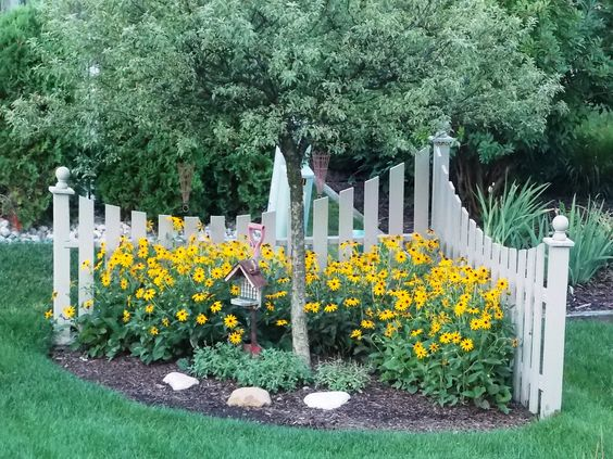 Make an Interesting Corner Landscaping Fence in Your Yard.